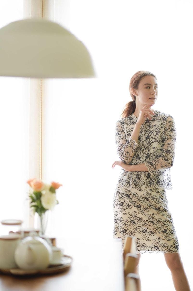 屋内, 衣料, 人, 女性 が含まれている画像  自動的に生成された説明