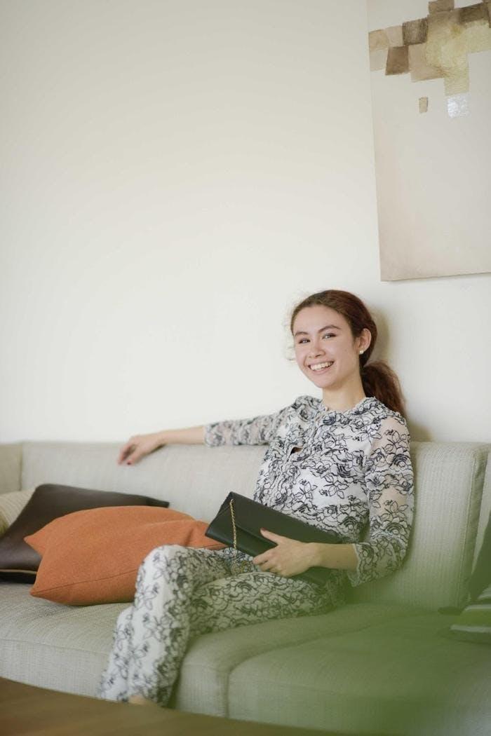 屋内, 人, 女性, 若い が含まれている画像  自動的に生成された説明