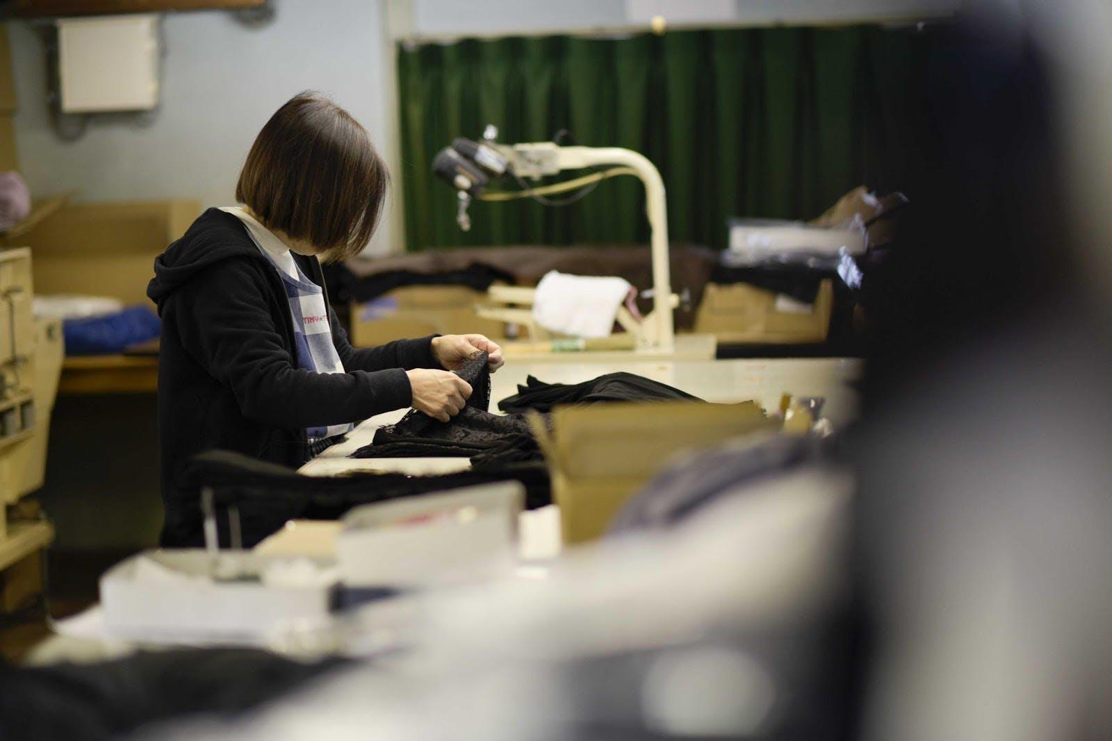 屋内, 人, テーブル, 座る が含まれている画像  自動的に生成された説明