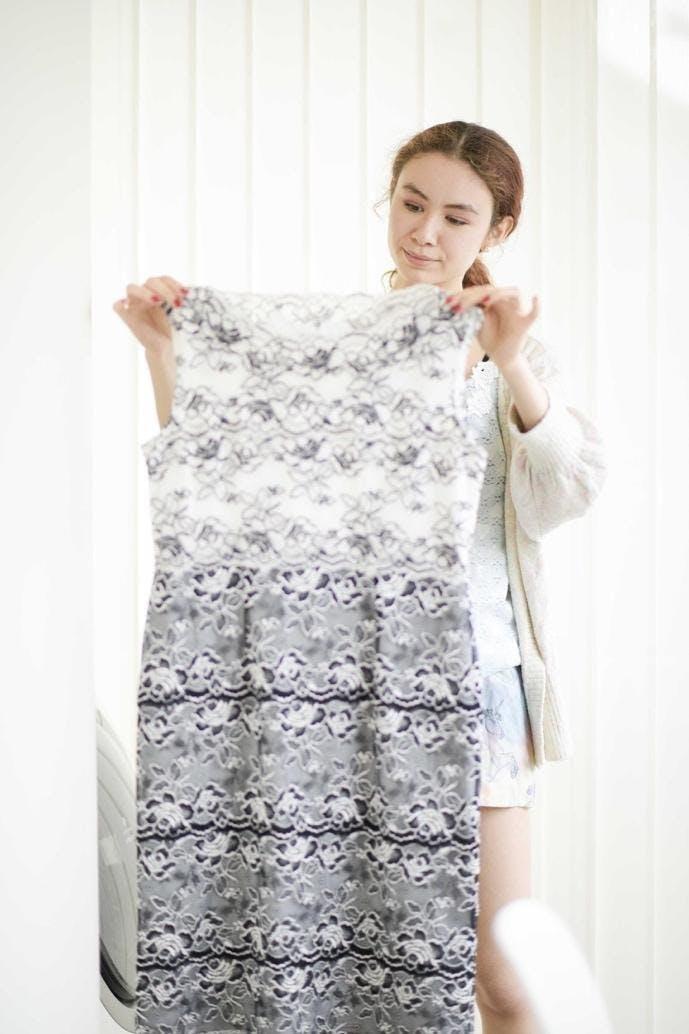 白いドレスを着た女の子 自動的に生成された説明