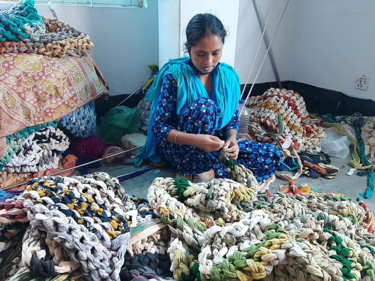 ダッカ近郊の工房にて。全てのモノが、人の手によって作られる。