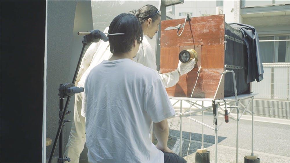 「工芸×写真」日本の工芸の魂を、自作の巨大カメラで、ガラスの写真に焼き付ける。