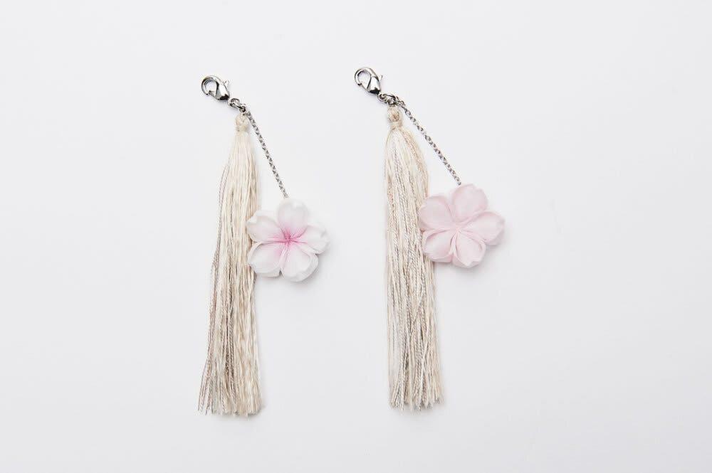 ひとつずつ手づくりのつまみ細工の桜の花と桜の木で染めた絹糸を使ったタッセル