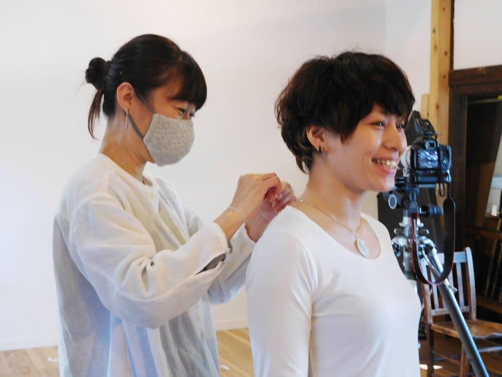 笑顔の撮影進行&モデル&スタイリスト担当の青山さんとモデル協力いただいた谷さん
