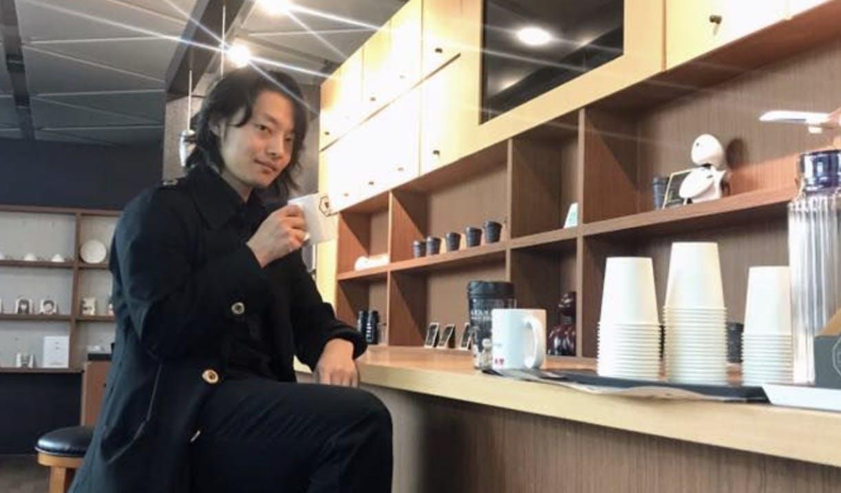 分身ロボットカフェでコーヒーを飲む吉藤オリィ
