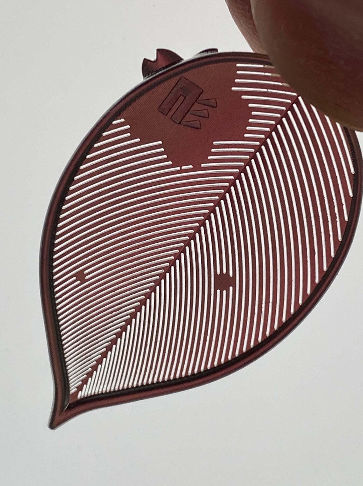 きちんと光が透過するかもチェックのポイント 裏面には当社ロゴを刻印しております。