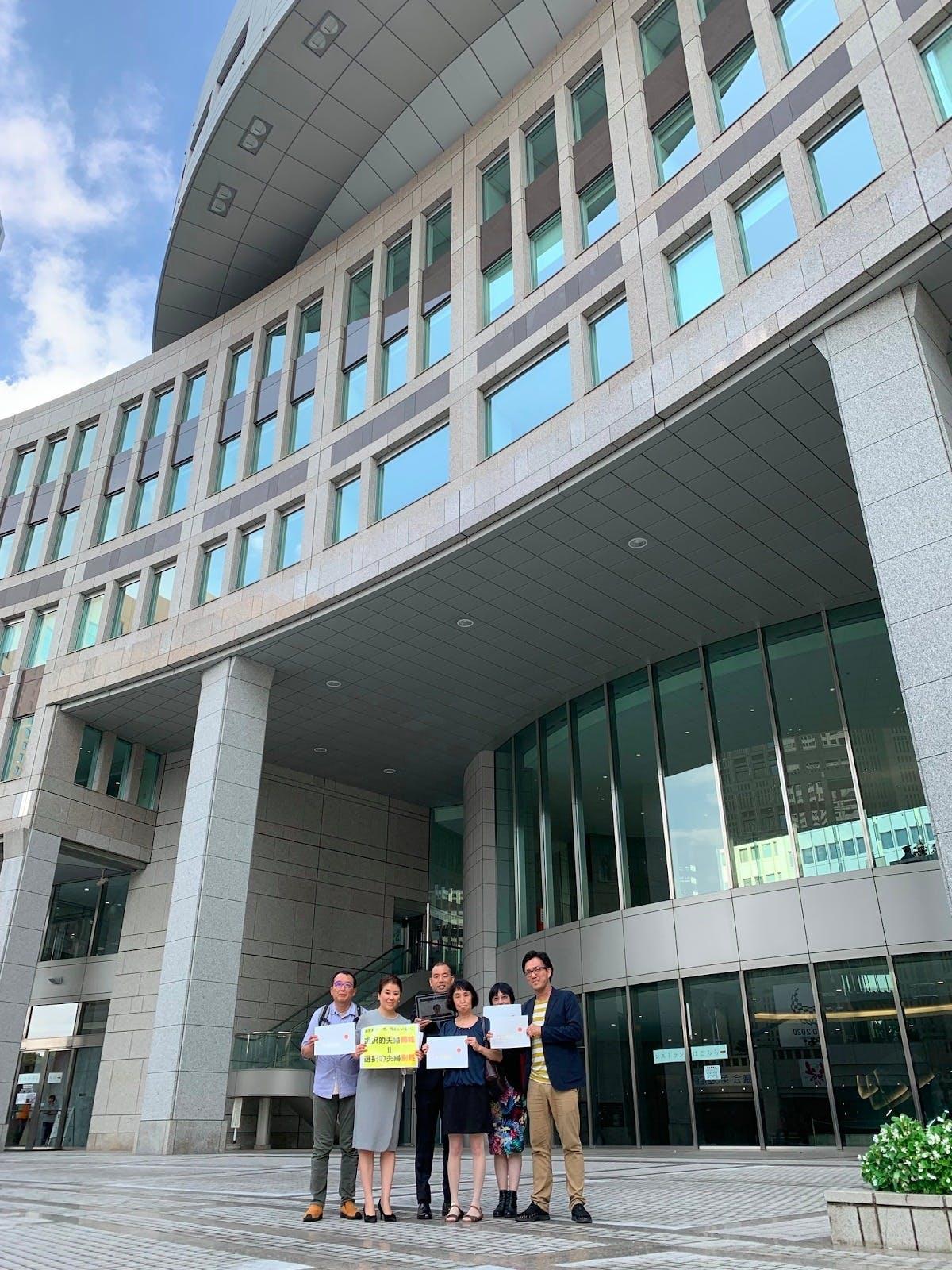東京都議会で請願が採択される前、メンバーと議員陳情に。