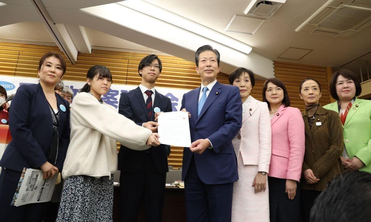 別姓家庭で育った子どもたちから、山口那津男代表ら公明党女性委員会の皆様に法改正要望書を提出
