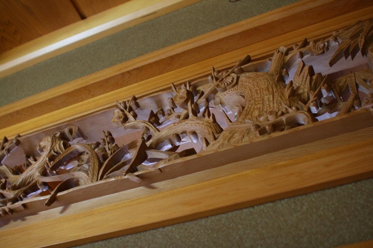 屋内, 猫, 棚, ボックス が含まれている画像  自動的に生成された説明