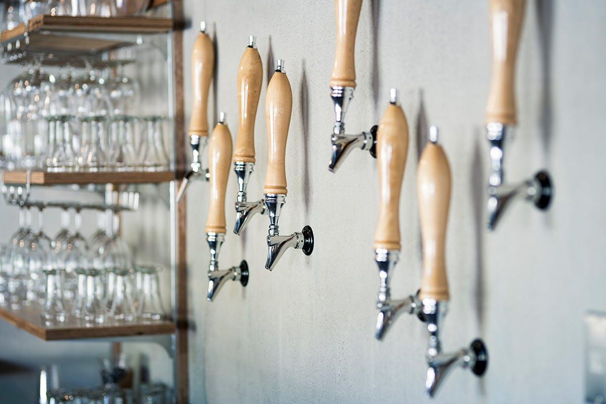 <壁から出るビール>