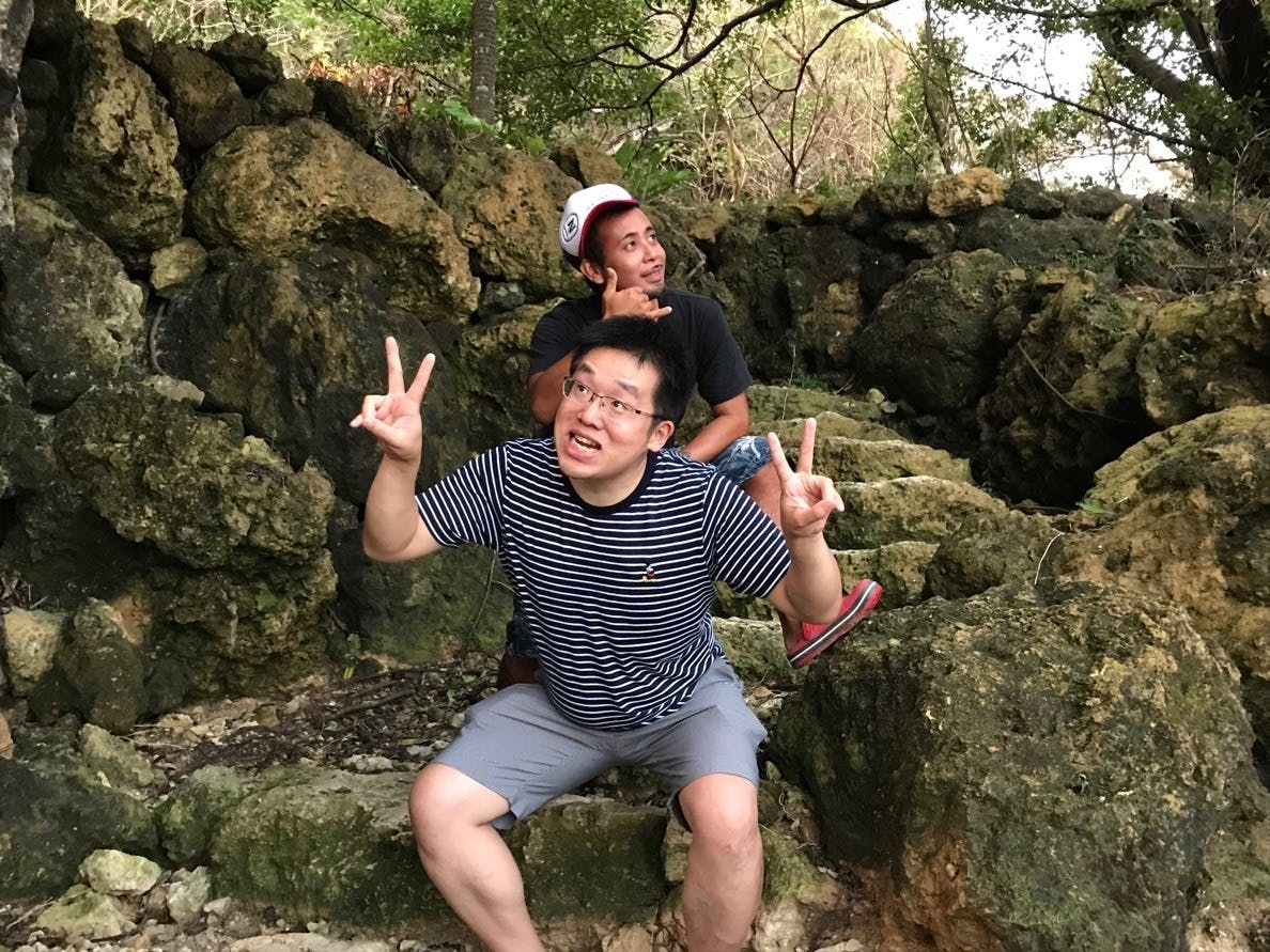ビジネス仲間とパワースポットの浜川御嶽で記念撮影
