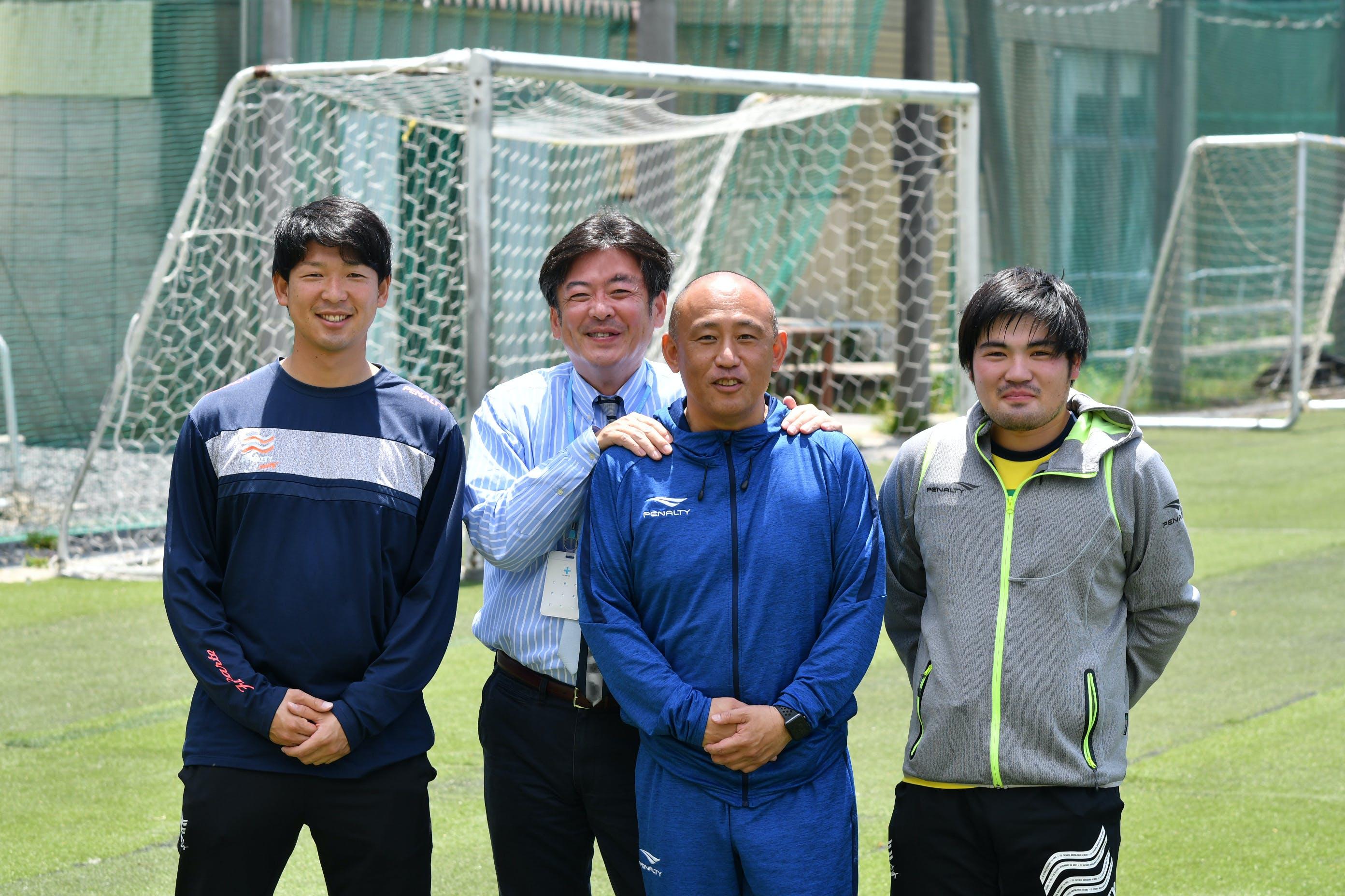 左から吉岡コーチ、㈱学校写真・蕪﨑さん、浜田監督、遠藤コーチ