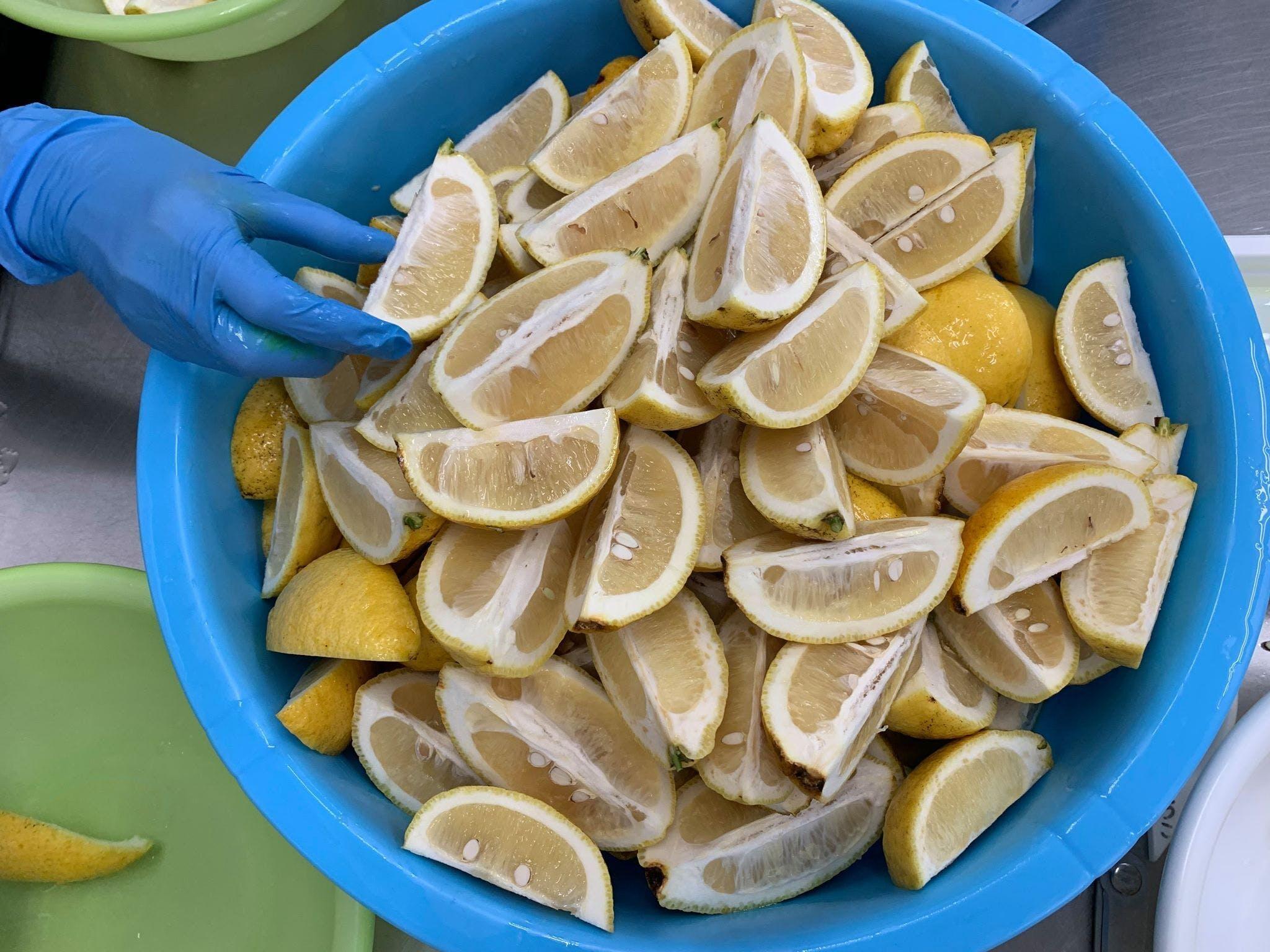 レモンを丁寧に下拵え
