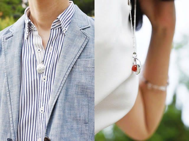 (左)男性着用例:カジュアルな装いを引き立ててくれる逸品 (右)女性着用例:エレガントな装いにやさしさをプラス!天然石が軽やかに揺れる「福」のハーモニー
