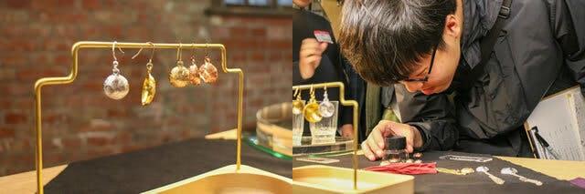 (左)台湾に出展した展示会にて、さまざまな素材で制作した「福」 (右)「福」の彫りの細かさをルーペで確認する来場者