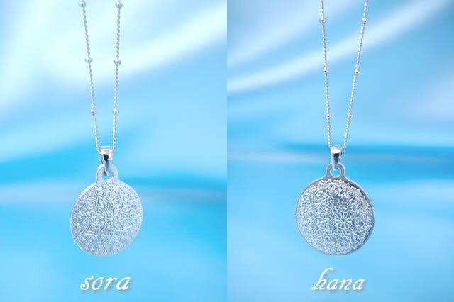 (左)『曼荼羅ネックレス(宙)sora』(右)『曼荼羅ネックレス (花)hana』