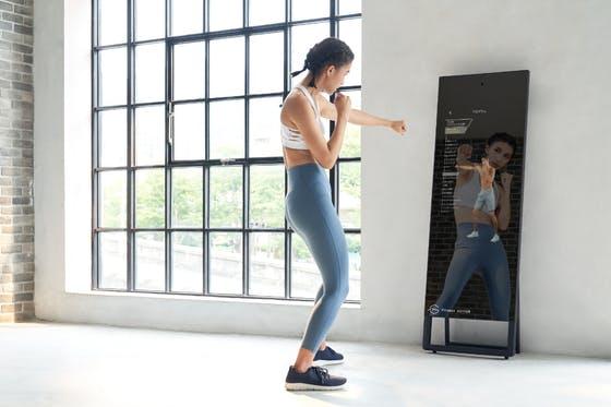 日本初!ミラー型自宅トレー二ング用デバイス「Fitness mirror」